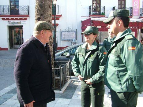 Agentes de la Guardia Civil conversan con un jubilado