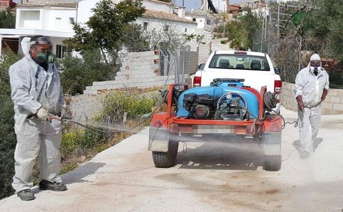 Operarios desinfectando las calles del municipio.
